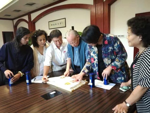 横店集团创始人徐文荣先生向书画家们展示收藏的《圆明园四十景》图册