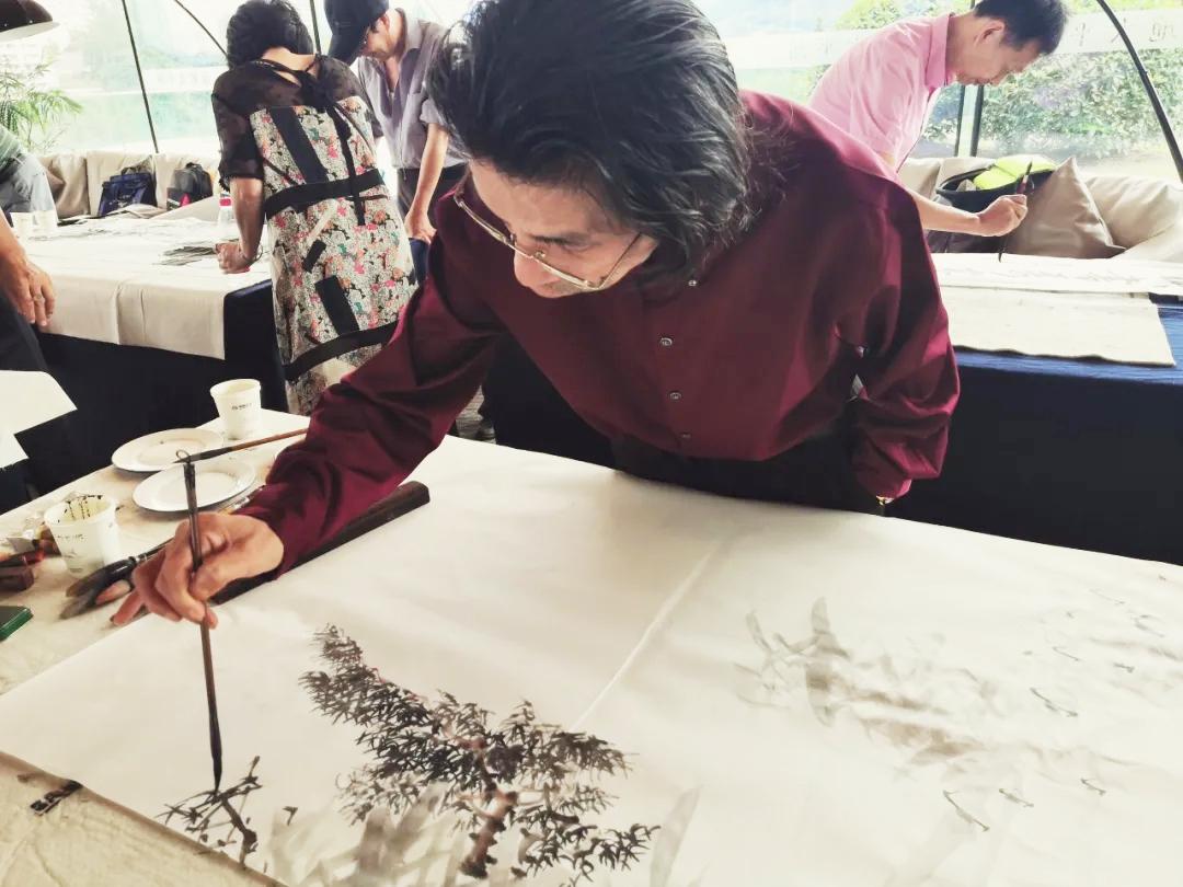 邵斌老师沉浸在写意花鸟画创作之中